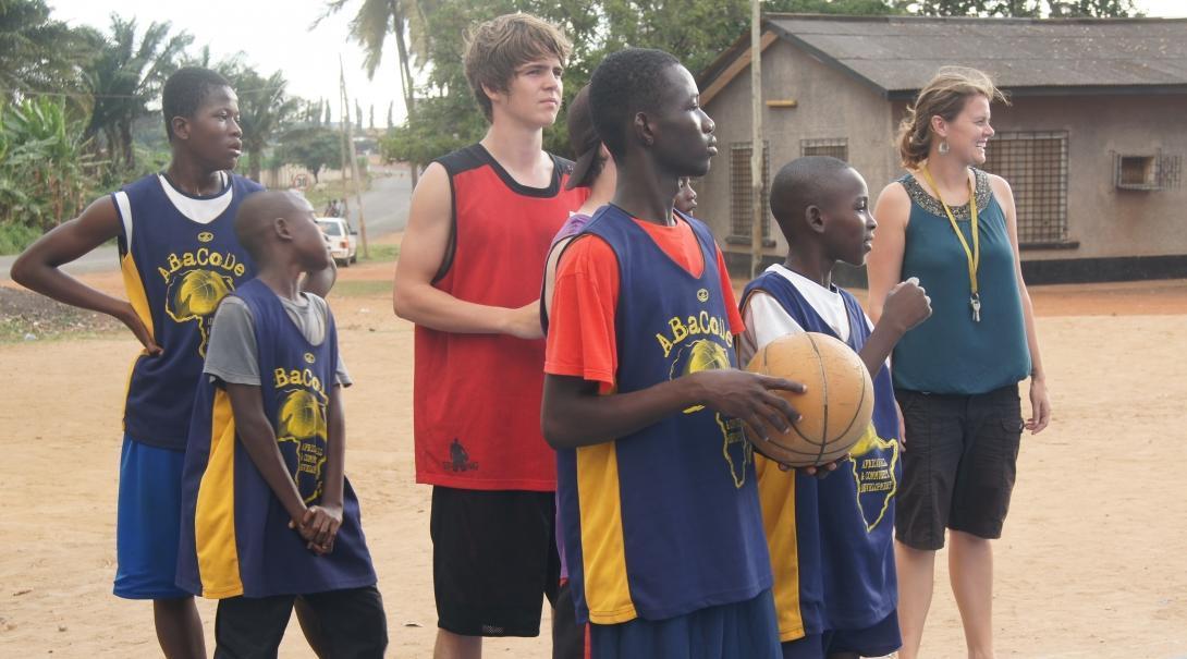 Voluntarios entrenando a jugadores durante su voluntariado como profesores de baloncesto en Ghana.